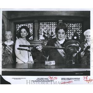 1976 Press Photo Elsa Lanchester Suzanne Pleshette Actresses Blackbeard's Ghost