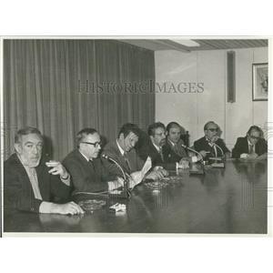 1974 Press Photo Anthony Quinn Actor Signs Agreement General Cinema Enterprises