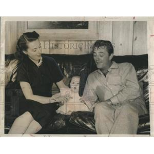 1952 Press Photo Screen Actor Robert Mitchum With Children - RSH98471