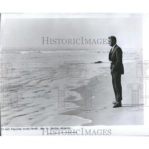 1969 Press Photo Actor Darren McGavin on a beach
