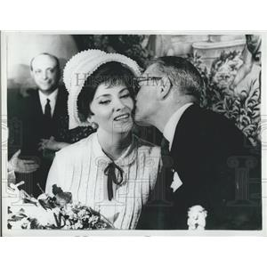 1963 Press Photo Sir Laurence Olivier kisses one of the guest Gina Lollobrigida