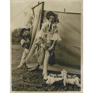 1954 Press Photo Olde Village Fair Monken Hadley Opening Helen Cherry Actress