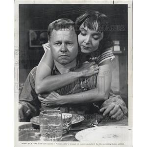 """1957 Press Photo Mickey Rooney and Carolyn Jones in """"Baby Face Nelson"""""""