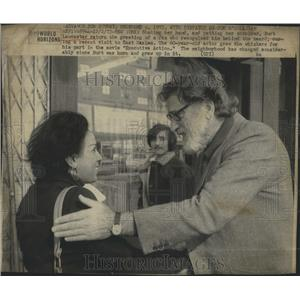 1973 Press Photo Burt Lancaster With A Fan - RSH98511