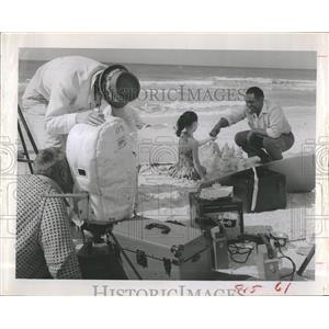 1963 Press Photo Actor James Whitmore & Kim Kokich Are Filmed At Belleair Beach