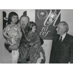 1969 Press Photo UNICEF Ambassador Peter Ustinov Holding Girls & Prof. Debre