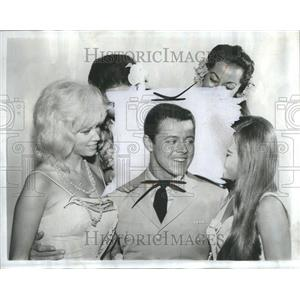 1965 Press Photo Steve Harmon surrounded by females