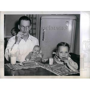 1946 Press Photo Chicago Cubs Pitcher Hank Borowy With Children Henry & Claire