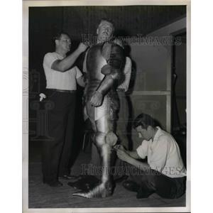"""1947 Press Photo Actor John Roy tries on suit of magnesium in """"Final Fitting"""""""