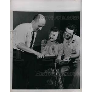 1952 Press Photo Beverly McFadden and Carl Conway with Director Frank Davidson.