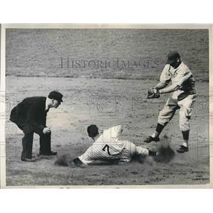1941 Press Photo Yankee Henrich Stealing Second Base with Player Davis