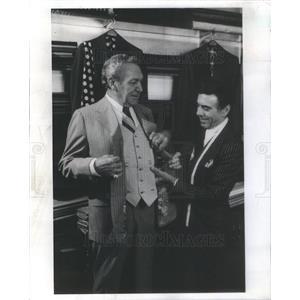 1978 Press Photo Forrest Tucker Film Actor Fred Mazzei Custom Tailor Chicago