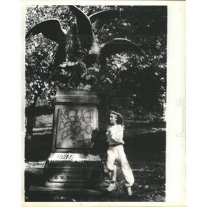1979 Press Photo Actress Bo Derek Jogs Central Park Statue 10 Movie - RSC70001