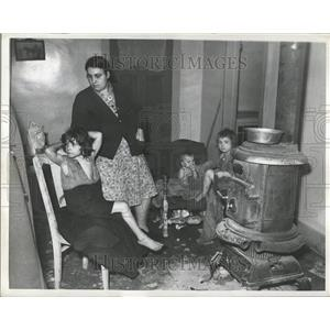 1943 Press Photo Mrs. Agnes Oleszkowicz Detroit Poverty