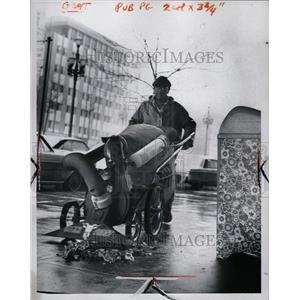 "1969 Press Photo Golden Rhodes & ""Bilby Goat"" Cleaning"