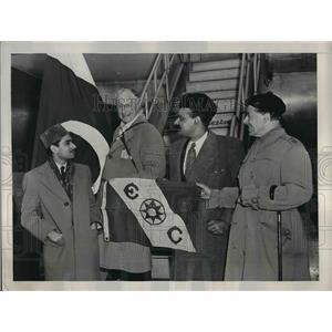 1950 Press Photo Carveth Wells, Explorer, Chief of Clannfhearghuis, Aftab Khan