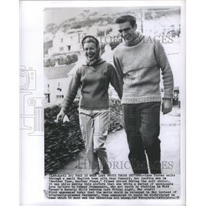 1958 Press Photo Lana Turner Walks With Sean Connery - RRS34927