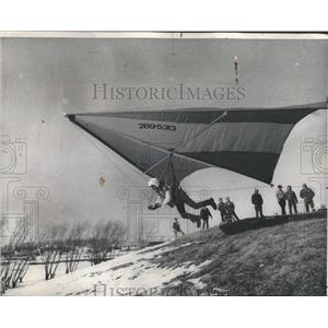 1974 Press Photo Hand gliding over a snowy field - RRS28449