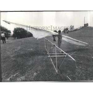 1974 Press Photo Mike Hendricks Beeline Staffers Hang - RRS28431