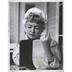 1958 Press Photo Helen Hayes study role as chambermaid - RRS67833