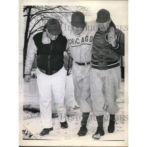 1944 Press Photo Cubs Paul Derringer Hurts Foot, Andy Lotshaw & Roy Johnson