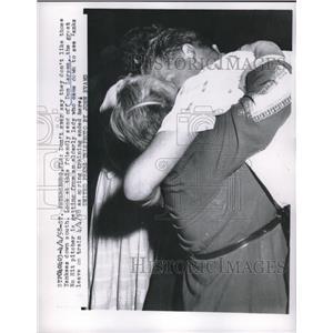 1958 Press Photo New York Yankees Don Larsen & Elderly Fan Hugging - nes00464