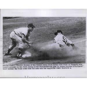 1954 Press Photo Yankee Bill Skowron Makes 3rd Safely From 1st On Andy Carey