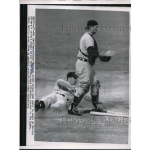 1954 Press Photo Eddie Robinson of Yankees Scores, Indian Catcher Jim Hegan