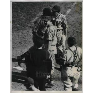 1938 Press Photo Stanley Hack of Cubs score on a homer against the Giants.