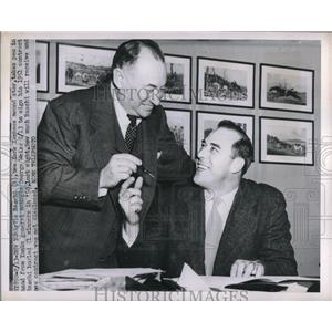 1951 Press Photo Yankee Pitcher Vic Raschi Signs New Contract - nes00020