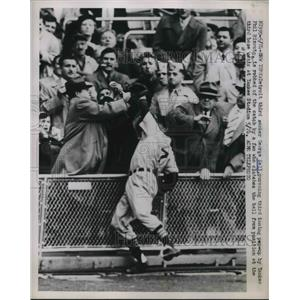1951 Press Photo George Kell Tigers Robbed Of Catch By Fan In Stands Yankees MLB