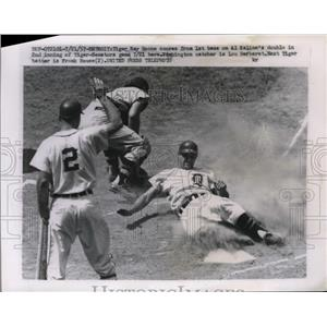 1957 Press Photo Tiger Ray Boone scores on Al Kaline's double from first