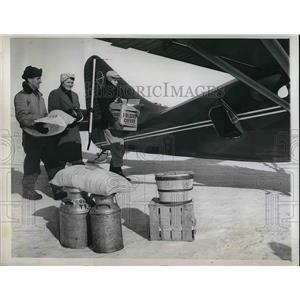1949 Press Photo Pilot Dan Higgins Picks Up Mrs Glen Tracy Stranded In Her Home