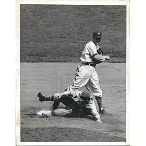 1941 Press Photo Elburt Fletcher Of Pirates Forced Out In 2nd Inning Of Game