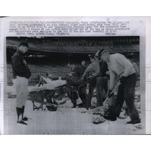 1962 Press Photo Bob Allison of Minn.Twin watched crew hand shovel snow ice.