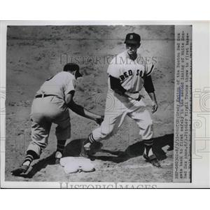 1955 Press Photo Grady Hatton of the Boston Red Soz gets back to 1st safely