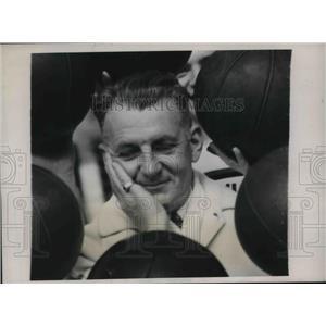 1939 Press Photo CoachLon Jourdet of Univ.of Penn. Basketball Squad. - nes03971
