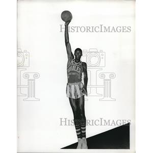 1955 Press Photo Basketball Pro Walter Dukes in Harlem Globetrotters Uniform