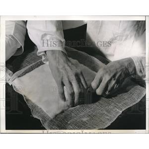 1942 Press Photo Jacob Renz making surgical dressings for the Red Cross