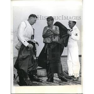 1942 Press Photo Chicago, Ill rubber life suit test by Coast Guard, H Batzer,