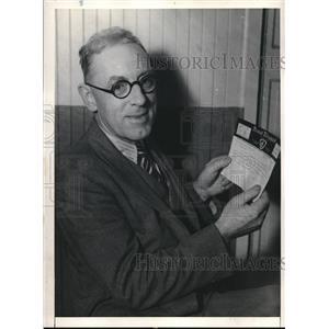 1931 Press Photo La, Calif. S.N. Enright with Irish Sweepstakes ticket