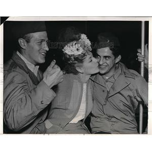 1944 Press Photo Actress Marie McDonald, Pfc Wayne Talbert, Corp Will Kelly
