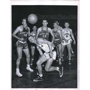 1955 Press Photo Loyola forwardD. Stube juggles in a game with Notre Dame.