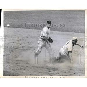 1943 Press Photo Browns Harlond Clift out at 2nd by Yankee Geo Stirnweiss