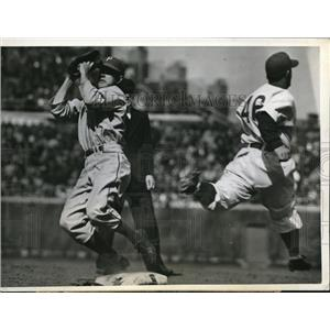 1943 Press Photo Chicago Dallessandro of Cubs out at 1st vs Pirates Fletcher