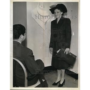 1941 Press Photo Mrs Harlan Collins in Ruling to the Question