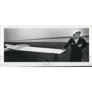 1988 Press Photo Oscar Boesch stands with hand on his aircraft - cva03549