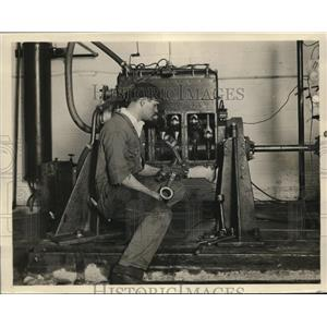 1928 Press Photo Factory Worker Using Powell Leverage Motor