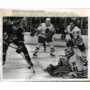 1989 Press Photo Hawks goalie Jacques Cloutier makes save vs Canucks Greg Adams