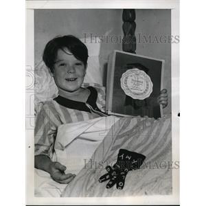 1979 Press Photo Bobs Watson presented with a Boxoffice Blue Ribbon Award for